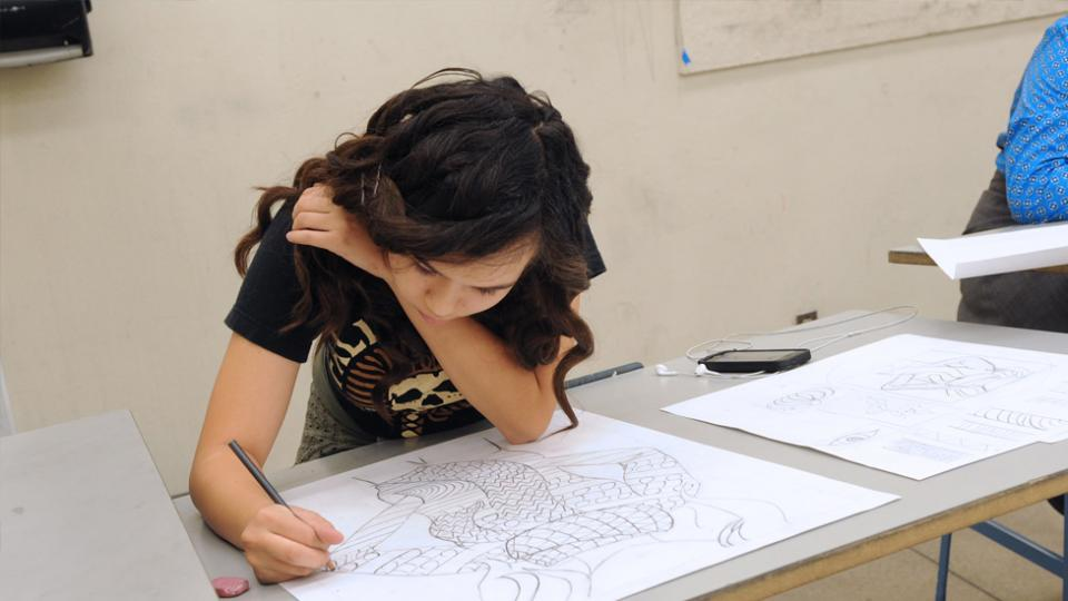 Student drawing in summer art class